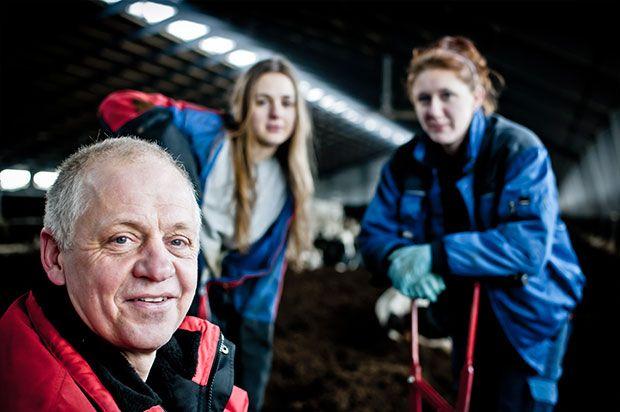 Mads Helms med landbrugseleverne Ophelia (t.v.) og Sanni (t.h.) . Foto: Morten Telling