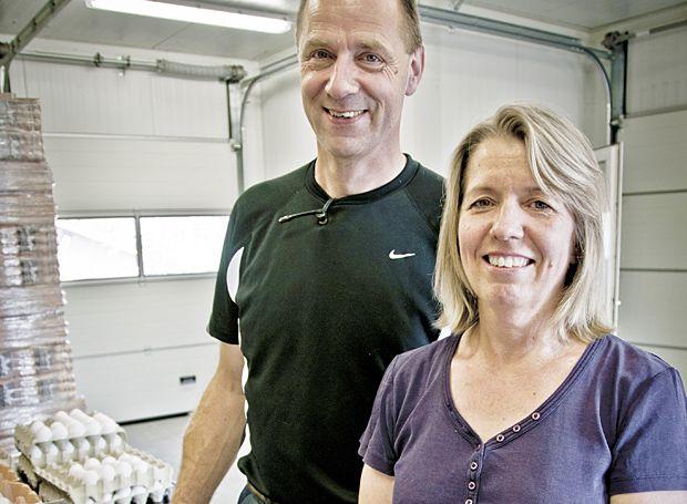 Niels og Grete Riis startede eget koncept med færre høns og eget gårdpakkeri. Foto: Morten Telling